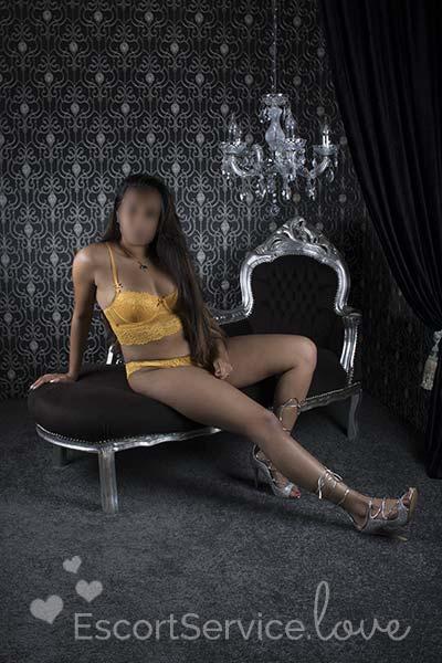 Sexy brunette escort Belle